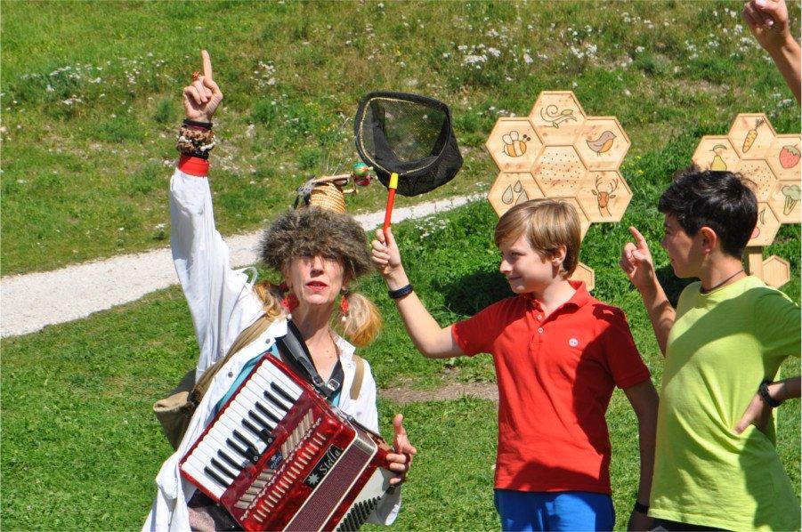 Un momento dello spettacolo itinerante alla ricerca del dahu, a Predazzo in Val di Fiemme, in Trentino